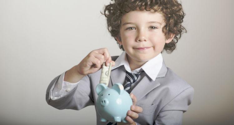 お金を節約している男の子