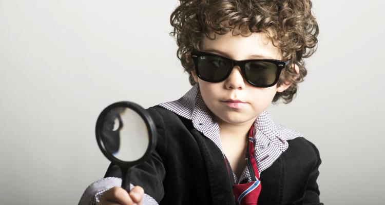 私費留学の費用を検証する男の子