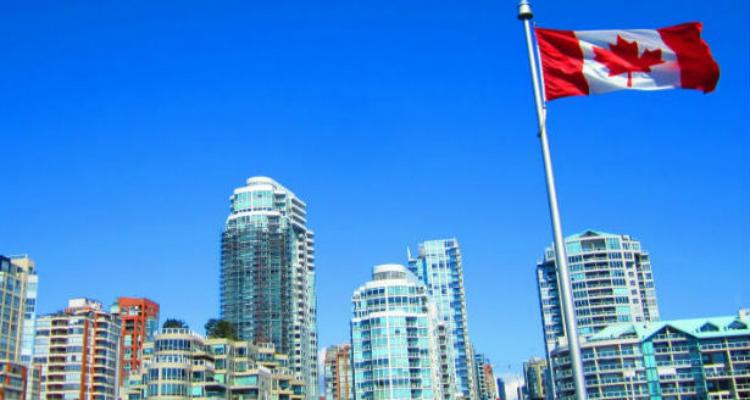カナダ・バンクーバーの高層ビルと国旗
