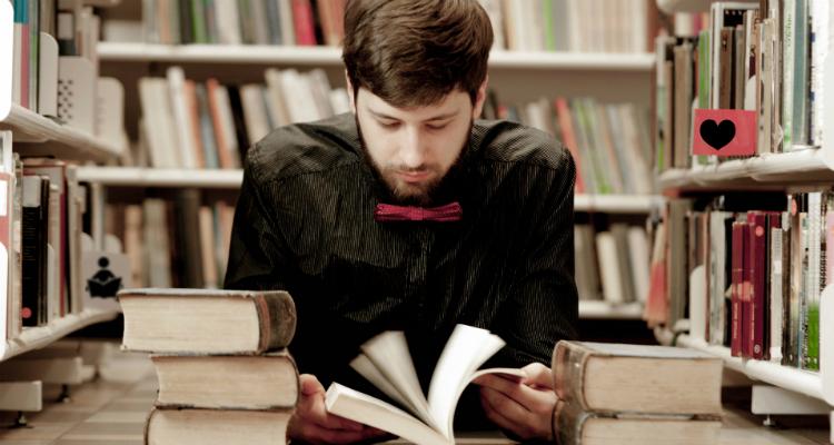 イギリスの大学について調べている男子学生