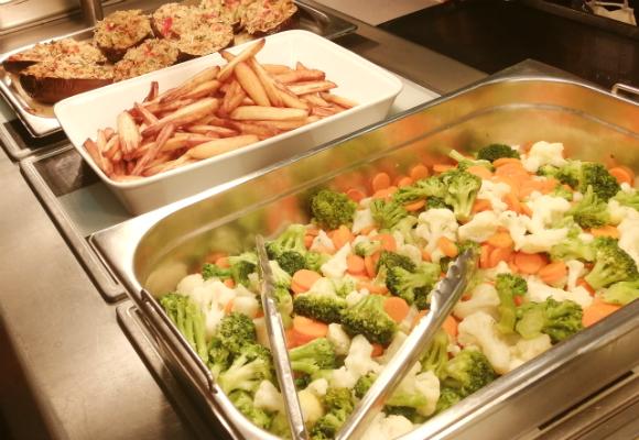 寮での食事は食べたいメニューが選べる、ビュッフェスタイルが多い!